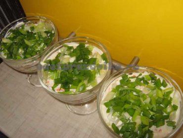 Салат Нежность с крабовыми палочками, яйцами и яблоком