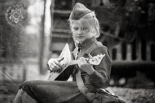 девочка с балалайкой