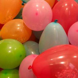 Как самостоятельно украсить шариками комнату: несколько идей для вдохновения